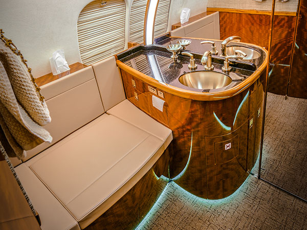 Bed based charter jet global 5000 0002 lav
